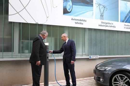 Kolektor namenu predal prvi dve polnilni mesti za električne avtomobile