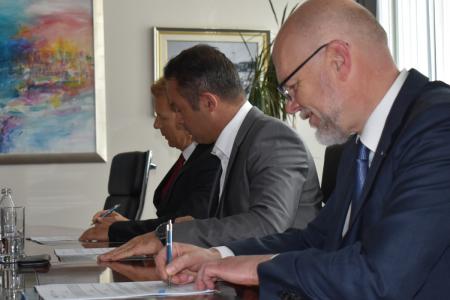 Podpis pogodbe za podaljšanje prvega pomola v Luki Koper